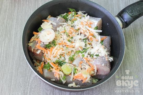 Тушеный хек в овощах