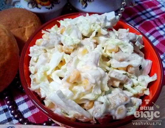 Салат из пекинской капусты с курицей, кукурузой и сухариками