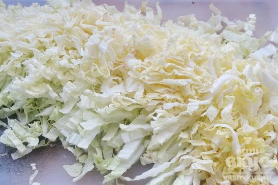 Салат с пекинской капустой, сулугуни и колбасой