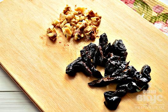 Салат из капусты, чернослива и грецких орехов