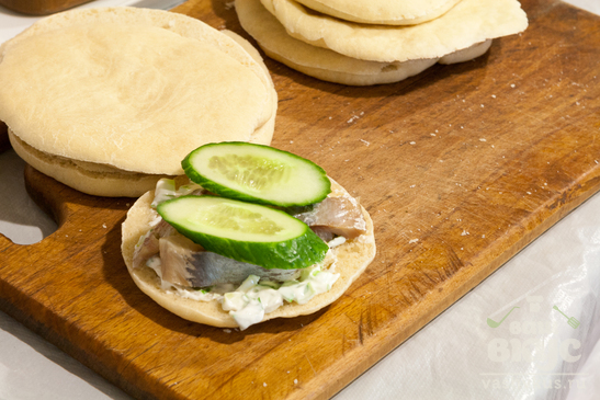 Сандвичи с сельдью и огурцом