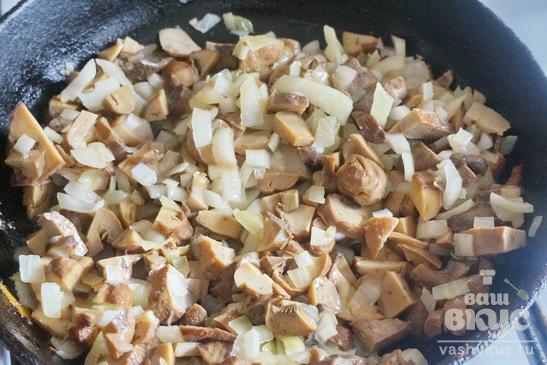 Слоеный пирог с начинкой из грибов, колбасы и сыра