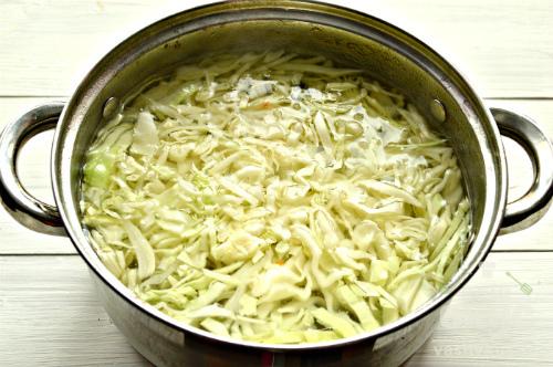 Щи на мясном бульоне со свежей зеленью