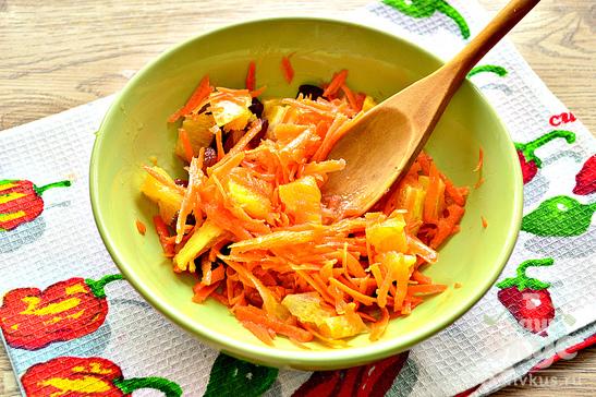 Салат с морковью, апельсином и изюмом