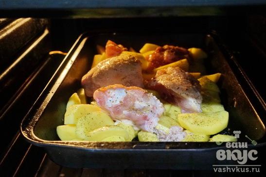 Картофель с куриным бедром в духовке
