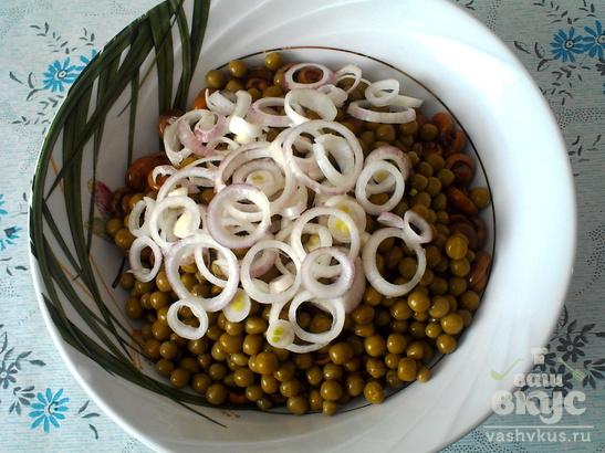Салат из маринованных грибов с зеленым горошком