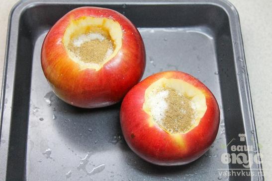 Запеченное яблоко с корицей и изюмом