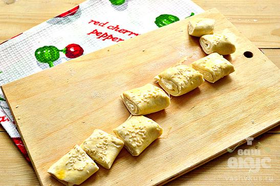 Печенье из слоеного теста, плавленного сыра и кунжута
