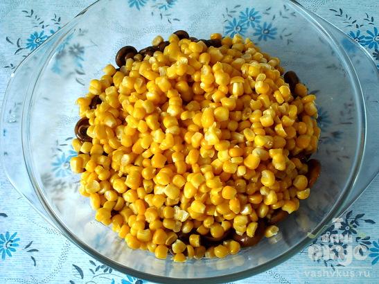 Салат из маринованных грибов с консервированной кукурузой