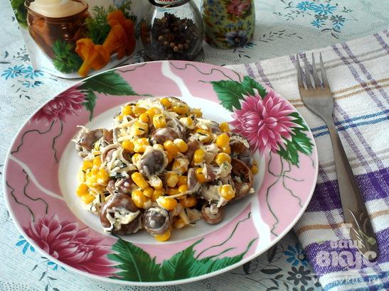 Салат с маринованными грибами, кукурузой и сыром