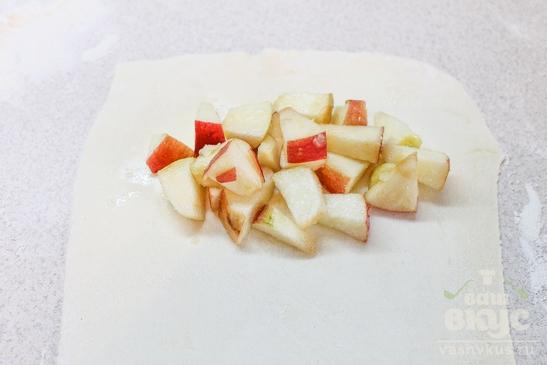 Закрытые слойки с яблоками