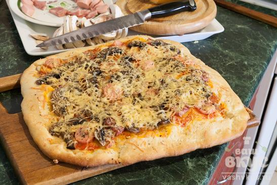 Пицца с ветчиной и сосисками