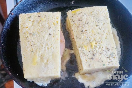 Гренки с колбасой и сыром