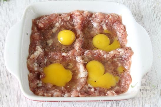 Яичница из перепелиных яиц с фаршем в духовке