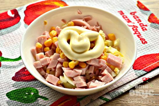 Салат с ветчиной, яйцами и кукурузой