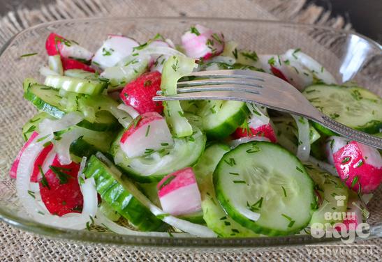 Салат с сельдереем, редисом и огурцом