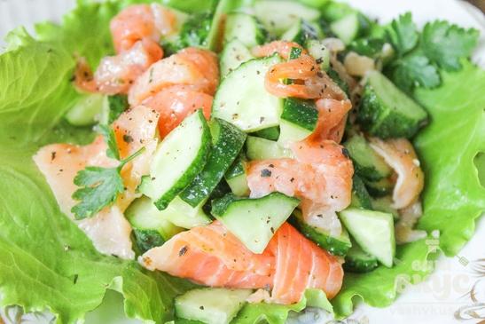 Салат с красной рыбой и огурцами