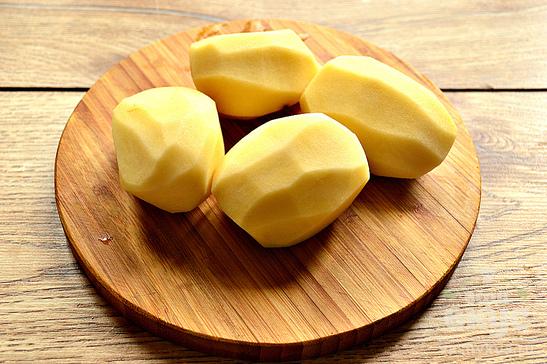 Отварной картофель в мясном бульоне с зеленью