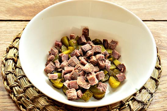 Салат с говядиной с сухариками