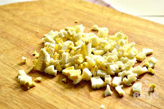 Капустный салат с копченой колбасой и яйцами